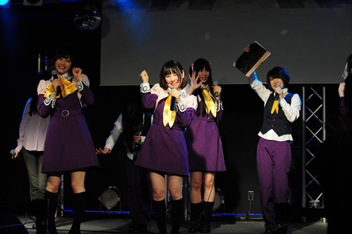 TVアニメ「R-15」主題歌を歌うユニットR-15♡(あーる・ふぃふてぃーん・らう゛) (c)ListenJapan