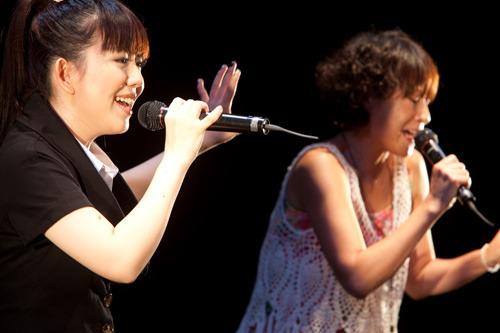 イベントでコラボライブを披露した牧野由依(左)とEPO (c)ListenJapan
