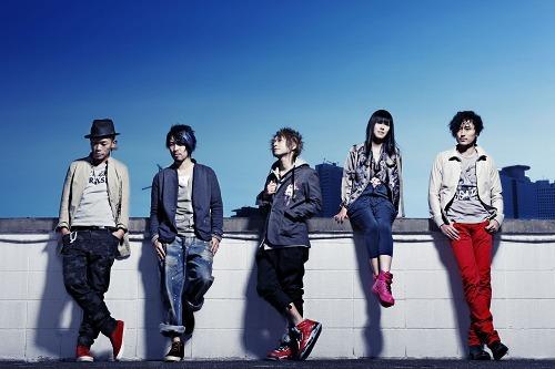 福島の球場で学生らと「虹」の合唱ライヴを行うAqua Timez (c)Listen Japan