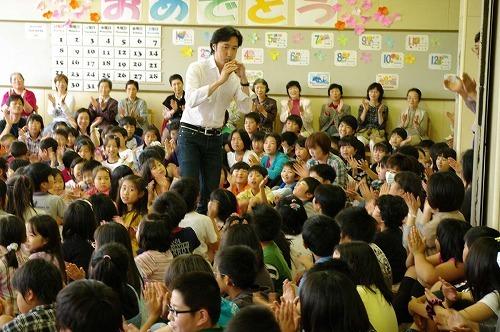 東儀秀樹が東松島・石巻の小学校を訪問 (C)Photo:Akira Itagaki (c)Listen Japan
