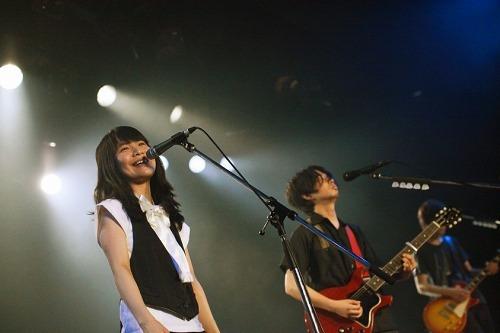 サプライズゲストとして登場し、アジカンと共演したチャットモンチーの橋本絵莉子 (c)Listen Japan