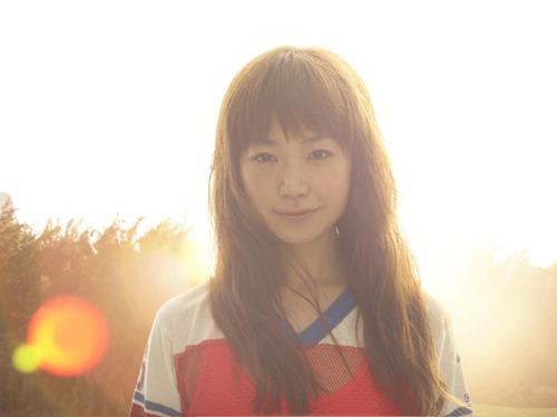 CMソング「鳴いてる怪獣」を着うた配信するYUKI (c)Listen Japan