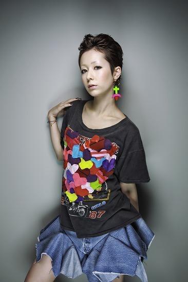新曲「喜怒哀楽 plus 愛」のPVで5種類の衣装を披露した木村カエラ (c)Listen Japan