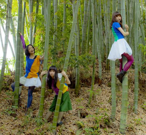 新作PVでヌードを披露したBiS (c)Listen Japan