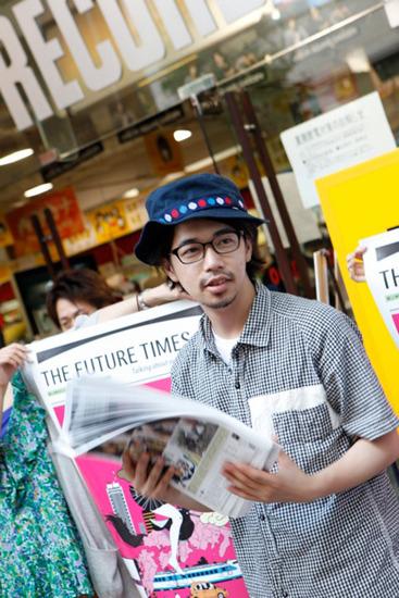 タワーレコード渋谷店で『THE FUTURE TIMES』のゲリラ配布を行った後藤正文 (c)Listen Japan