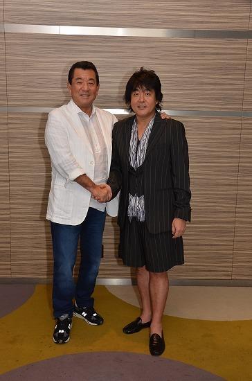 握手でチャリティーライブへの意気込みを見せた加山雄三とTUBEの前田亘輝 (c)Listen Japan