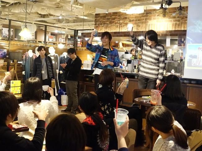 GRANRODEOの2人がコラボカフェにサプライズ登場、店内のファン全員と乾杯&コラボメニューに舌鼓