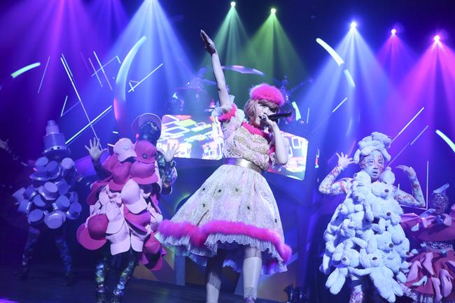 きゃりーぱみゅぱみゅ、国内ホールツアー終幕! 日本・アメリカ・ロシアをイメージした衣装で登場