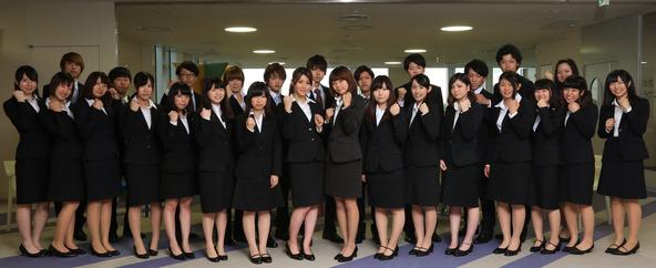 デビューに向けてガッツポーズで決める「就活アイドル! 蒲田VICTORY!」チームA・Bの選抜メンバー。 (okmusic UP\'s)