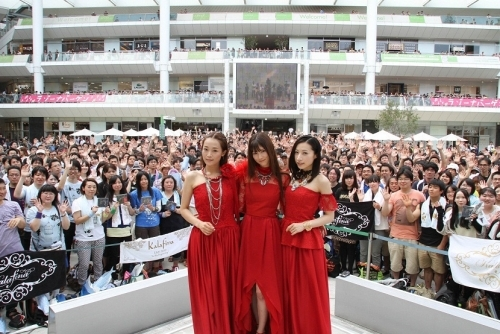 ラゾーナ川崎プラザでの、Kalafina初ベストAL発売記念イベントの模様