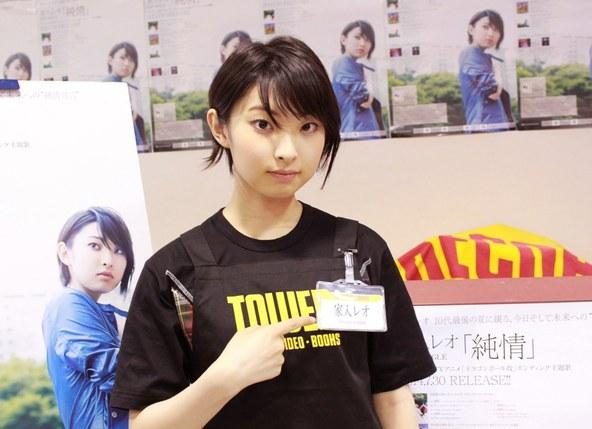 家入レオがTOWER RECORDS新宿店と渋谷店、SHIBUYA TSUTAYAの3店舗でそれぞれ1日店長を務めた (okmusic UP's)