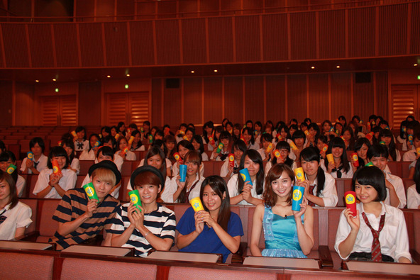 Suzuと芹那、広海深海、100人の女子高生 (okmusic UP's)