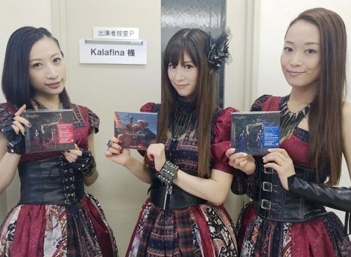 好調なベストアルバムとシングルを手に取るKalafinaの3人
