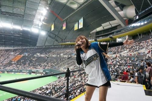 札幌ドームの日本ハムホームゲーム戦で熱唱した藍井エイル