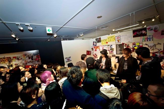 VAMPS 名古屋で開催中の写真展「VAMPS 13」会場にサプライズ登場