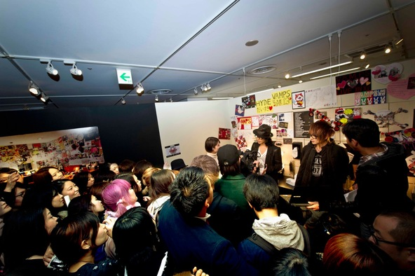 VAMPS 名古屋で開催中の写真展「VAMPS 13」会場にサプライズ登場 (okmusic UP's)