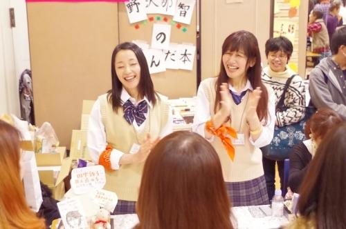 お客さんとお話しながら物販している田中敦子さん(写真左)と井上喜久子さん(写真右)