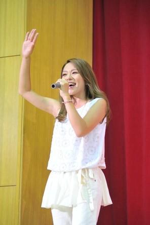 今井絵理子、母校始業式で凱旋サプライズライヴ! (okmusic UP\'s)