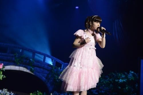 ピンク色のドレスに早着替えして「微熱の月」を歌う春奈るな