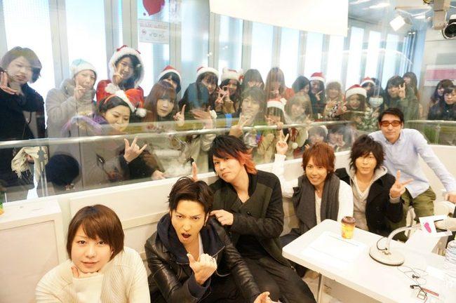 12月20日@スペインスタジオ 左から:MC田中美保・明希(b)・ゆうや(dr)・マオ(vo)・Shinji(g)・MC小宮山雄飛