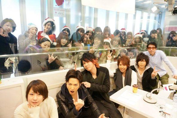 12月20日@スペインスタジオ 左から:MC田中美保・明希(b)・ゆうや(dr)・マオ(vo)・Shinji(g)・MC小宮山雄飛 (okmusic UP\'s)