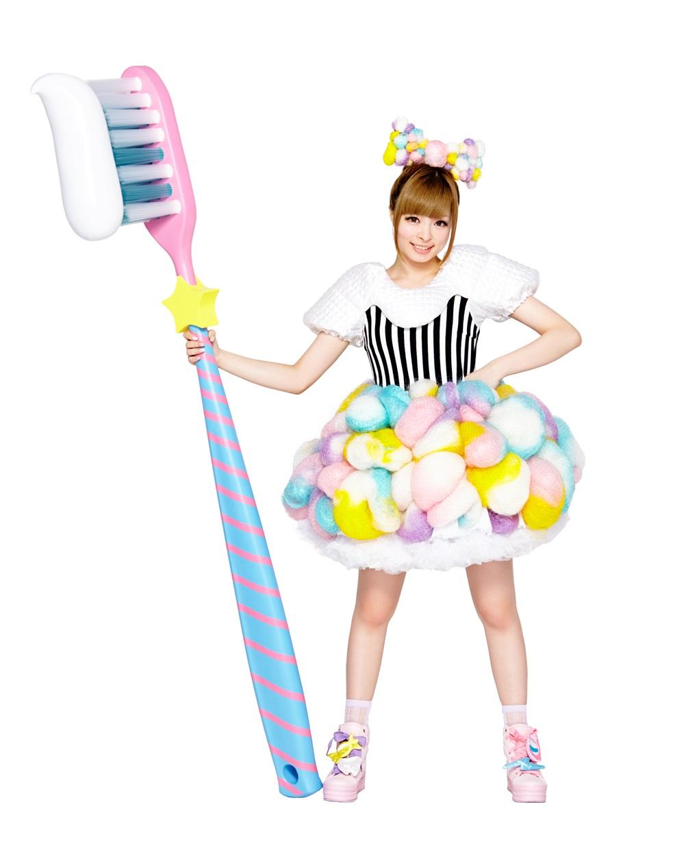 大きな歯ブラシを持ったにっこり笑顔のきゃりーぱみゅぱみゅ