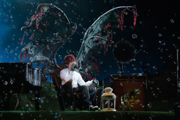 衣装をチェンジし「眠り姫」を演奏するメンバー  写真左よりSaoriは鳥、Fukaseはドラゴン、DJ LOVE は牛、Nakajinは狼の仮装。 photo by 上飯坂 一 (okmusic UP\'s)