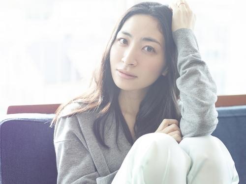 来週1月28日にシングル「幸せについて私が知っている5つの方法/色彩」とエッセイ集「満腹論」をリリースする坂本真綾