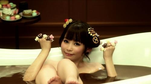 """「ドリドリ」ミュージックビデオでチョコ風呂に入浴する""""しょこたん""""こと中川翔子"""