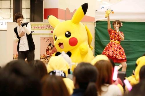 """ポケモンスペシャルイベント""""ピカチュウとゲッタバンバンがやってくる""""にてコラボステージを披露した佐香智久と中川翔子 (C)Nintendo・Creatures・GAME FREAK・TV Tokyo・ShoPro・JR Kikaku (C)Pokemon"""