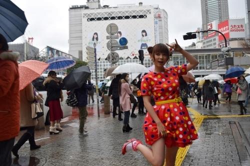 """雨の渋谷で""""パンチラ""""風サービスショットを披露した""""しょこたん""""こと中川翔子"""