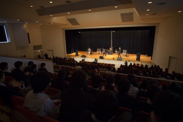 赤色のグリッター、母校で卒業生500人を前にサプライズライブを披露 (okmusic UP's)
