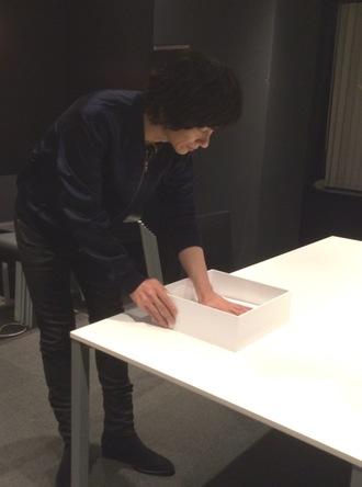 オリジナル特典『吉井和哉 手形レプリカ』用手形採取写真 (okmusic UP's)