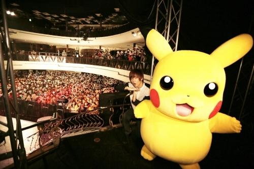 ピカチュウと記念撮影を行う佐香智久 (C)Nintendo・Creatures・GAME FREAK・TV Tokyo・ShoPro・JR Kikaku (C)Pokemon