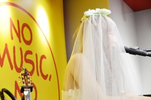 白のロングドレスとベールに身を包み、初ライブを披露したボンジュール鈴木