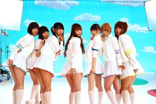 「PUNCH LINE!」ミュージックビデオで「パンチラ」サービスショットも披露したしょこたんとでんぱ組.incのメンバー