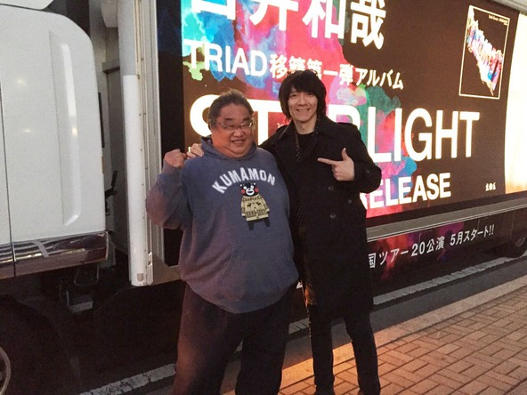 吉井和哉&「STARLIGHT号一番星」アドトラックの運転手 (okmusic UP\'s)