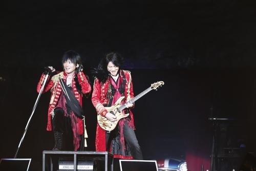 さいたまスーパーアリーナ公演で16,000人を動員したGRANRODEO(左:KISHOW、右:e-ZUKA) (okmusic UP\'s)