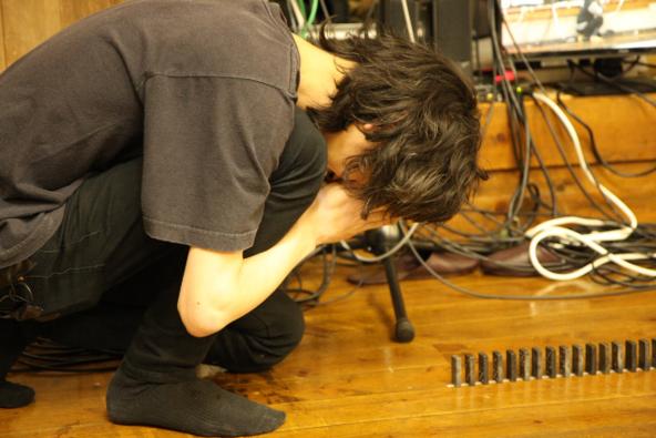 忘れらんねえよボーカル・ギター柴田隆浩による、「全力中年 第4弾全力ドミノ 挑戦編 8日間カンヅメで6万個並べて日本記録達成」 (okmusic UP's)
