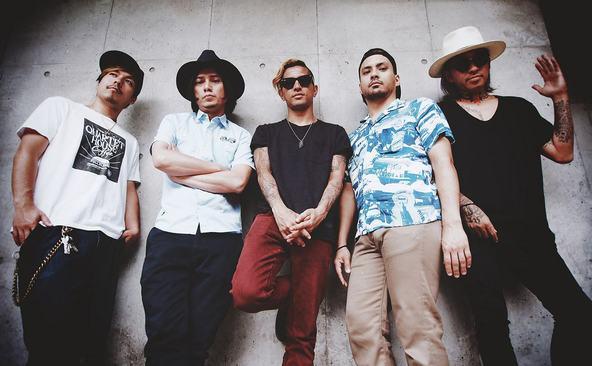 降谷建志バンド メンバー左から右、桜井誠、渡辺シュンスケ、降谷建志、PABLO、武志) (okmusic UP's)