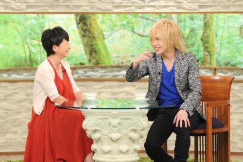 「サワコの朝」にゲスト出演する鬼龍院翔(写真右) (C)TBS