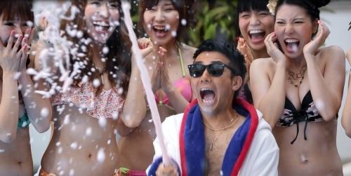 ピース綾部が水着ギャルとはしゃぎまくる『サマパ!summer party mixed by DJ和』のCM