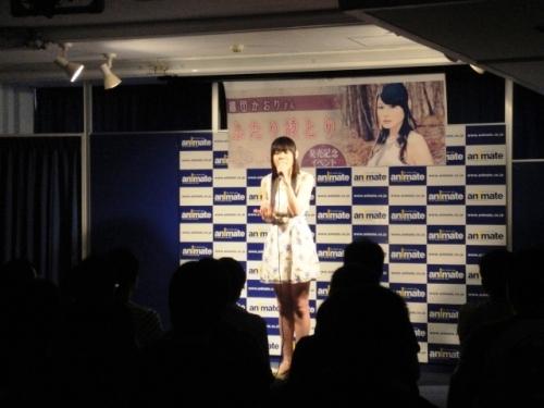 アニメイト横浜店にて開催されたシングル発売記念イベントで熱唱する織田かおり