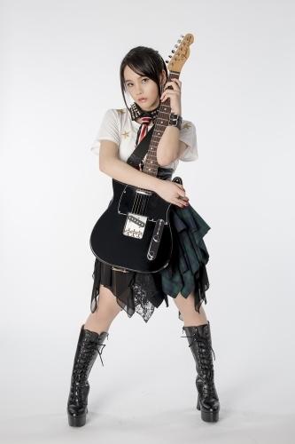 凛々しい表情でギターを抱きしめる、西沢幸奏の新アーティスト写真