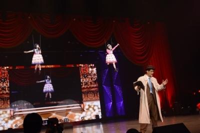 """""""小山警部""""と小芝居を繰り広げ、ワイヤーで宙を舞う演出も披露した""""petit milady""""の2人"""