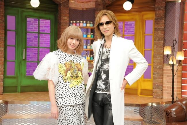 8月30日(日)放送の「関ジャム 完全燃SHOW」に出演する、X JAPANのYOSHIKIときゃりーぱみゅぱみゅ (C)テレビ朝日