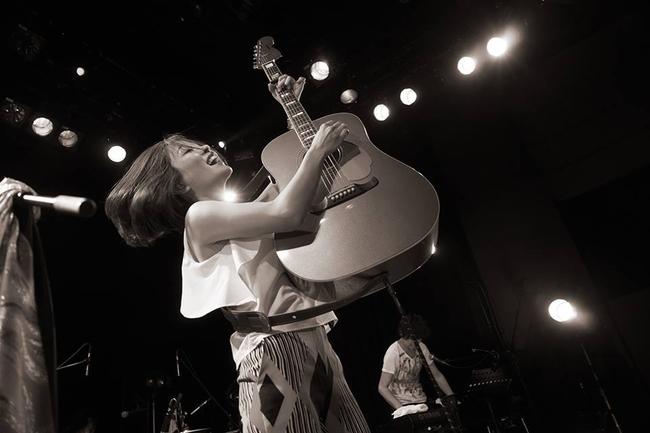 『森恵 10th ANNIVERSARY ACOUSTIC LIVE TOUR 2015~輝かしい傷だらけの日々~』ライブより