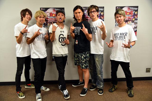 インタビュアー蟹江一平(中央)とINKT(左からSASSY(Dr)、mACKAz(Ba)、KOKI(Vo)、Kei(Gt)、kissy(Key)) (c)肉ロックフェス2015