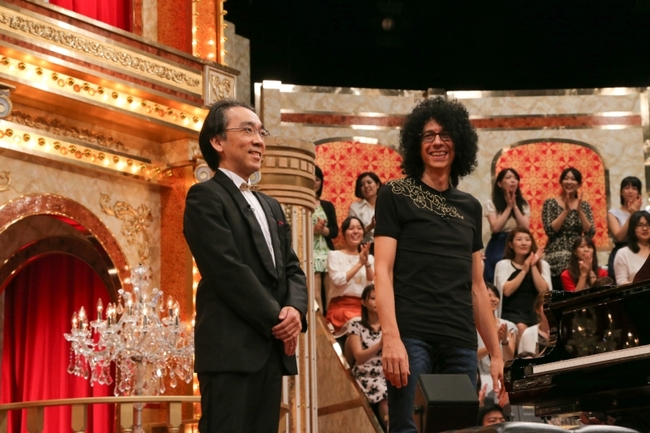 「最強ピアノ王No.1決定戦」で対決する新垣隆(写真左)、ジョヴァンニ・アレヴィ (C)テレビ朝日