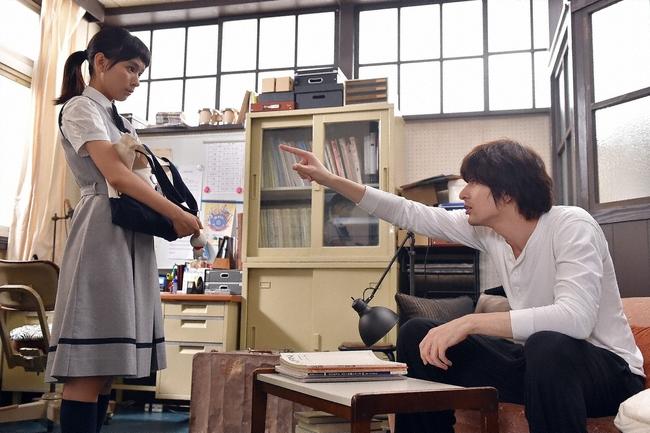 文化祭でクラスみんなで合唱をするはずがうまくいかず……(左・真琴役の芳根京子、右・鈴木有明役の城田優) (c)TBS